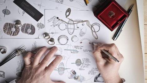 شحص يرسم مجوهرات على الورق كورس سيت