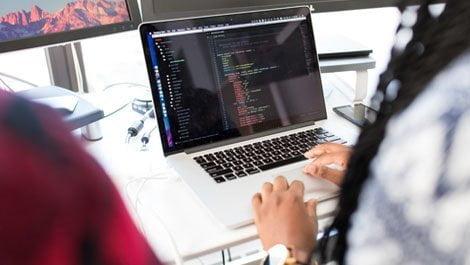 فتاة تكتب أكواد برمجية على لاب توب كورس سيت